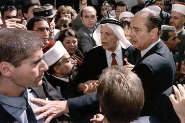 A la suite d'une altercation avec les services de sécurité israéliens, lors d'une visite à Jérusalem le 22 octobre 1996, le président français acquiert une grande popularité dans le monde arabe.